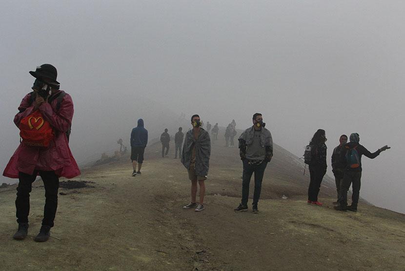 Sejumlah wisatawan menikmati suasana di puncak Gunung Ijen, Banyuwangi, Jawa Timur, Jumat (3/6). (Antara/Budi Candra Setya)
