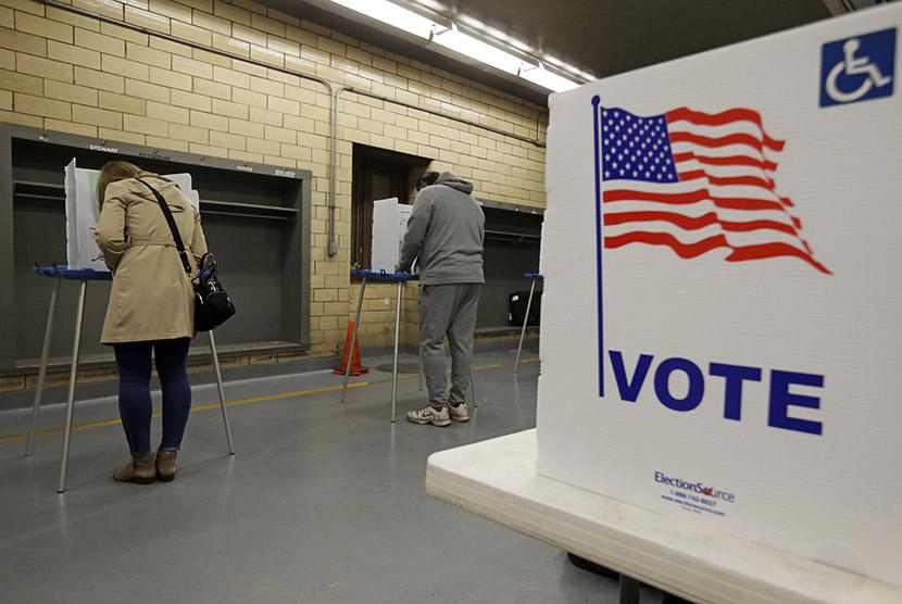 Warga AS memberikan suara dalam pilpres Amerika Serikat di Indianapolis, Selasa (8/11).
