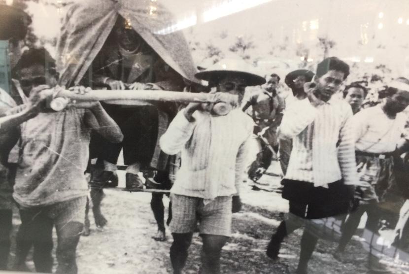 Panglima Besar Jenderal Sudirman ditandu selama perang gerilya.