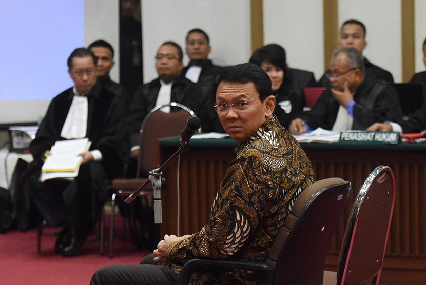 Terdakwa kasus dugaan penistaan agama Basuki Tjahaja Purnama mengikuti sidang lanjutan di auditorium Kementerian Pertanian, Jakarta.