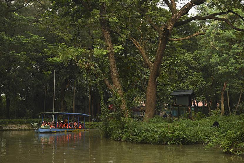 Pengunjung menikmati wisata perahu di Kebun Binatang Surabaya, Surabaya, Jawa Timur, Selasa (28/3).