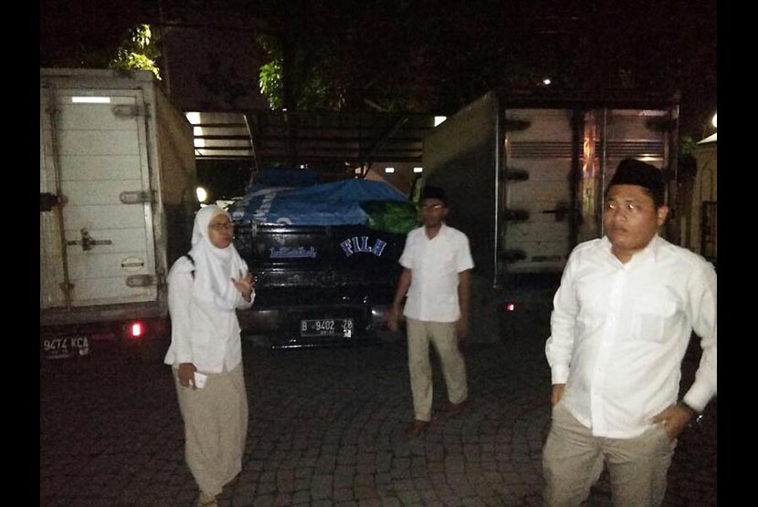 Polisi menahan sejumlah kendaraan yang diduga digunakan untuk mengangkut pembagian sembako di masa tenang.