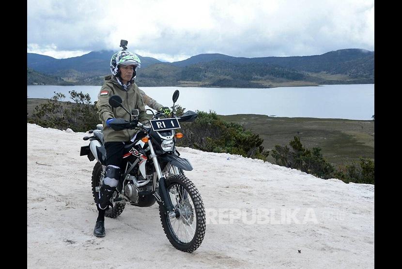 Presiden Joko Widodo (Jokowi) saat menyusuri Jalan Trans Papua di ruas Wamena-Mamugu dengan mengendarai sepeda motor trail, Rabu (10/5).