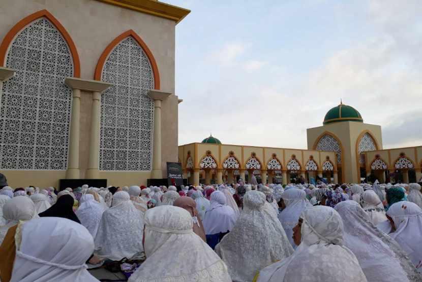 Jamaah wanita memadati sebagian teras timur Masjid Hubbul Wathan Islamic Center di Kota Mataram NTB untuk melaksanakan shalat Idul Fitri 1438 H pada Ahad (25/6) pagi.