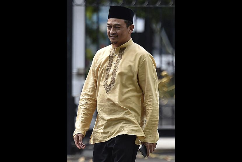 Ketua Gerakan Nasional Pengawal Fatwa Majelis Ulama Indonesia (GNPF-MUI) Bachtiar Nasir meninggalkan Kompleks Istana Kepresidenan usai bertemu Presiden Joko Widodo di Jakarta, Ahad (25/6).
