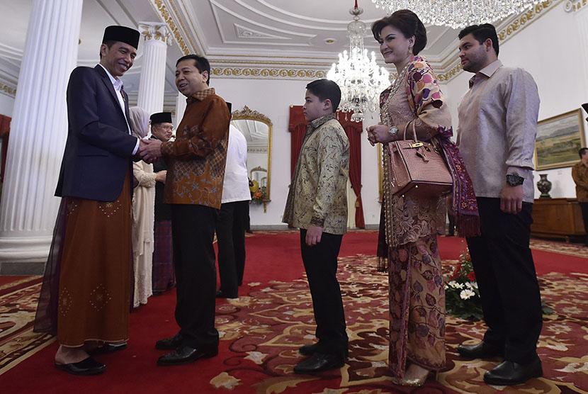 Presiden Joko Widodo (kiri) menerima Ketua DPR Setya Novanto (kedua kiri) beserta keluarga saat open house Hari Raya Idul Fitri 1438 Hijriah di Istana Negara, Jakarta, Ahad (25/6) (Ilustrasi)
