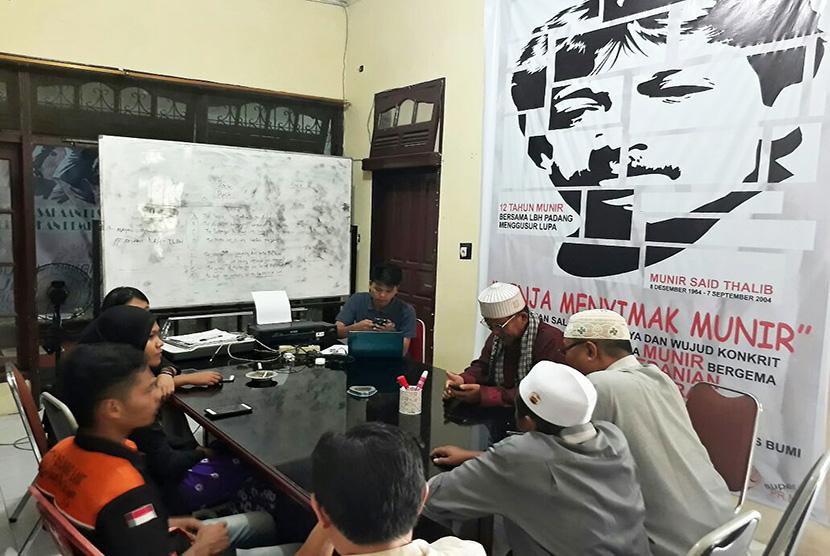 Kantor Lembaga Bantuan Hukum (LBH) Kota Padang didatangi sejumlah perwakilan dari organisasi masyarakat (Ormas) yang menamakan diri Forum Masyarakat Minangkabau (FMM), Selasa (19/9) siang.