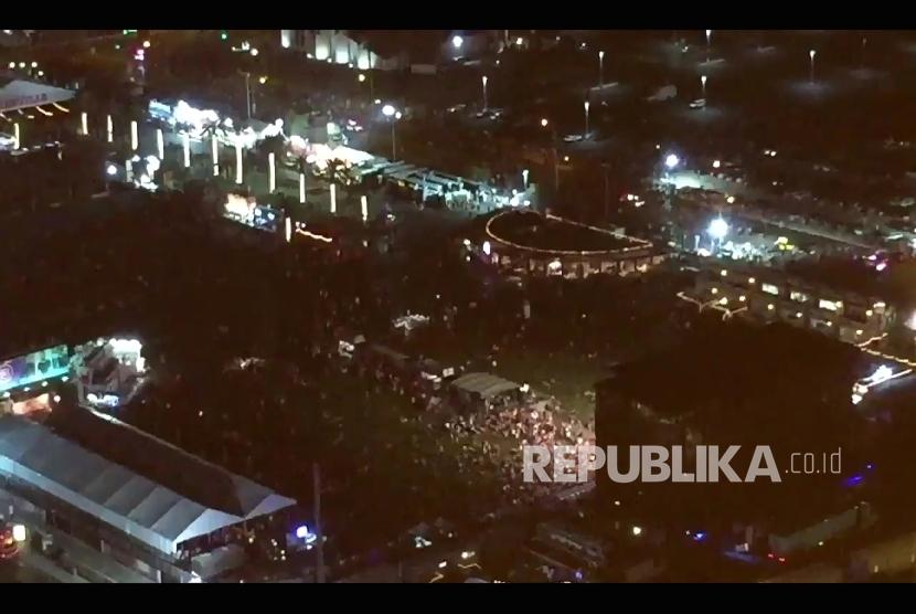 Foto suasana penonton konser yang berusaha menyelamatkan diri saat persitiwa penembakan dekat Mandalay Bay Resort and Casino di Las Vegas, Senin (2/10).