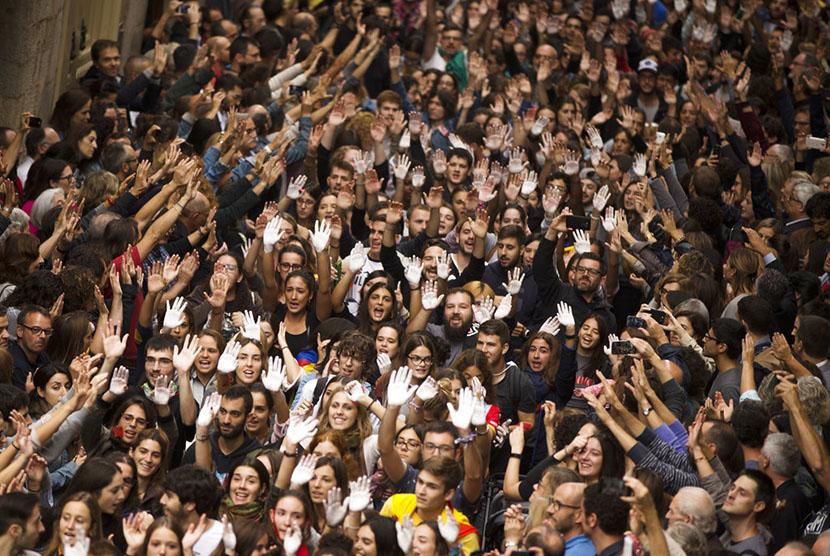 Ribuan massa pendukung kemerdekaan Katalunya  menggelar aksi demonstrasi di luar balai kota Girona.
