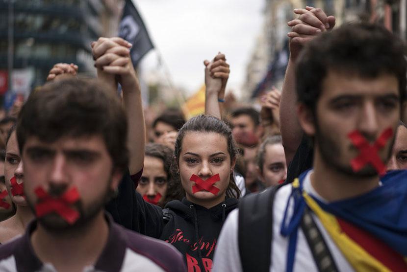 Aksi para pendukung kemerdekaan Katalunya berbaris dalam demonstrasi di pusat kota Barcelona.