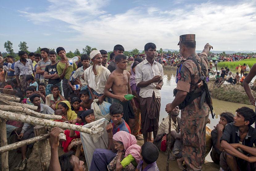 Tentara Bangladesh menghadang masuk pengungsi muslim Rohingya yang melarikan diri dari Myanmar di Palong Khali, Bangladesh, Selasa (17/10).