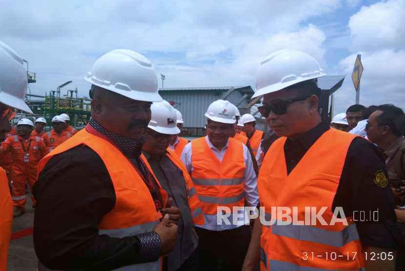 Menteri ESDM Ignasius Jonan (kanan) saat meresmikan fasilitas produksi gas lapangan Jangkrik di Handil Baru, Kaltim, Selasa (31/10).