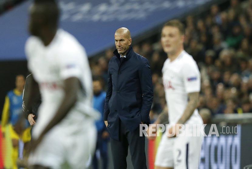 Pelatih Real Madrid Zinedine Zidane tampak kecewa menyaksikan kekalahan tim asuhannya saat melawan Tottenham Hotspurs pada laga keempat Grup H Liga Champions di Stadion Wembley, Kamis (2/11) dini hari WIB.