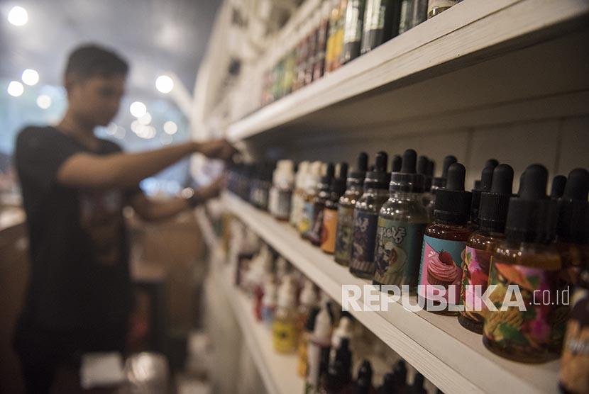 Pekerja menata botol berisi cairan rokok elektronik (vape) di Bandung, Jawa Barat, Selasa (7/11).