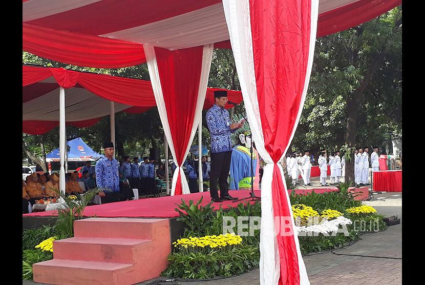 Wakil Gubernur DKI Jakarta Sandiaga Uno memimpin upacara peringatan Hari Pahlawan Nasional di Lapangan IRTI Monas, Jumat (10/11).