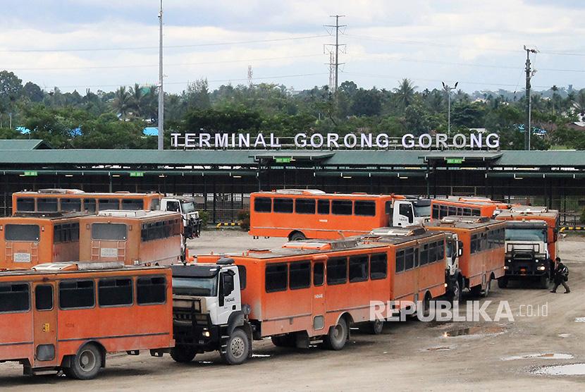 Sejumlah kendaraan yang mengangkut karyawan PT Freeport melakukan konvoi ketika meninggalkan terminal Gorong-gorong di Timika, Mimika, Papua, Kamis (16/11).