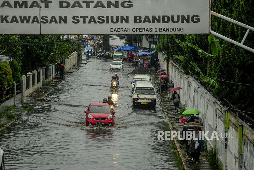 Emil Perbaiki Tanggul Jebol yang Sebabkan Banjir di Bandung