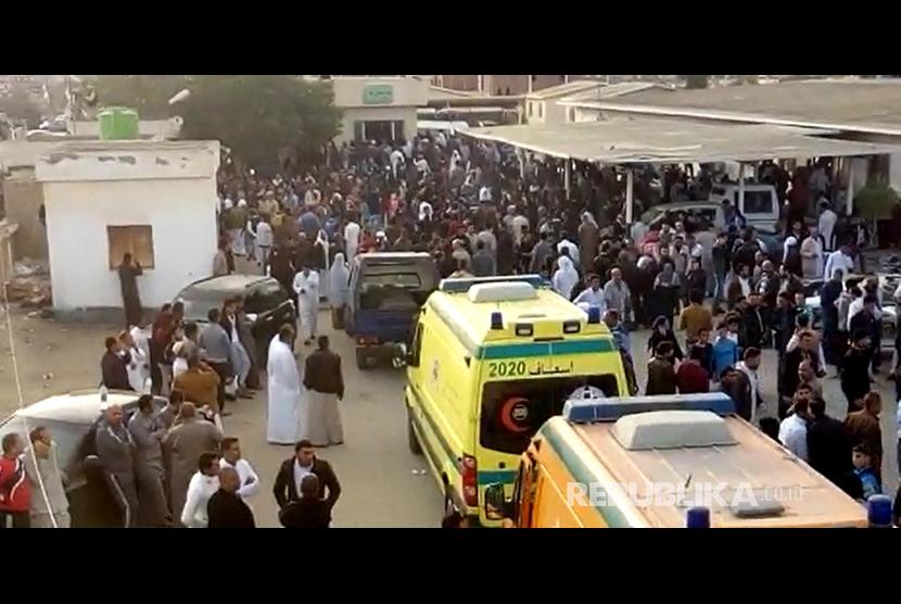 Sebuah gambar ambil yang diambil dari rekaman video menunjukkan orang-orang dan ambulans menunggu untuk mengevakuasi korban di luar masjid yang diserang di kota utara Arish, Semenanjung Sinai, Mesir, Jumat (24/11).