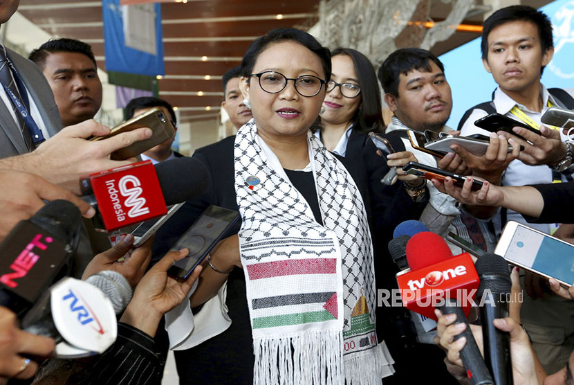 Foreign Affairs Minister Retno Marsudi wears scarf with Palestinian and Indonesian flags on it, at the sidelines of the 10th Bali Democracy Forum at Indonesia Convention Exehibition (ICE) Serpong, Banten, on Thursday (December 7).