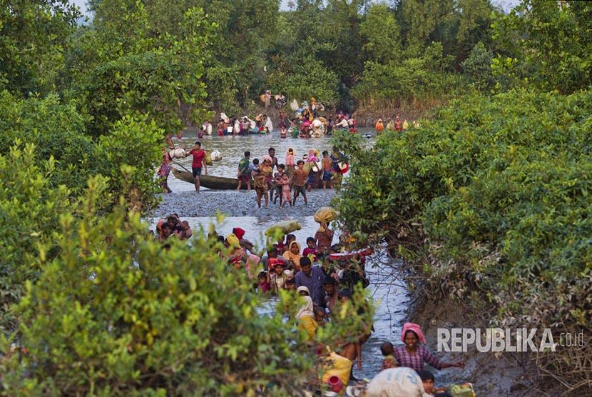 Pengungsi Muslim Rohingya melintasi sungai Naf di perbatasan Myanmar-Bangladesh, untuk menyelematkan diri mereka dari genosida militer Myanmar. (foto file)