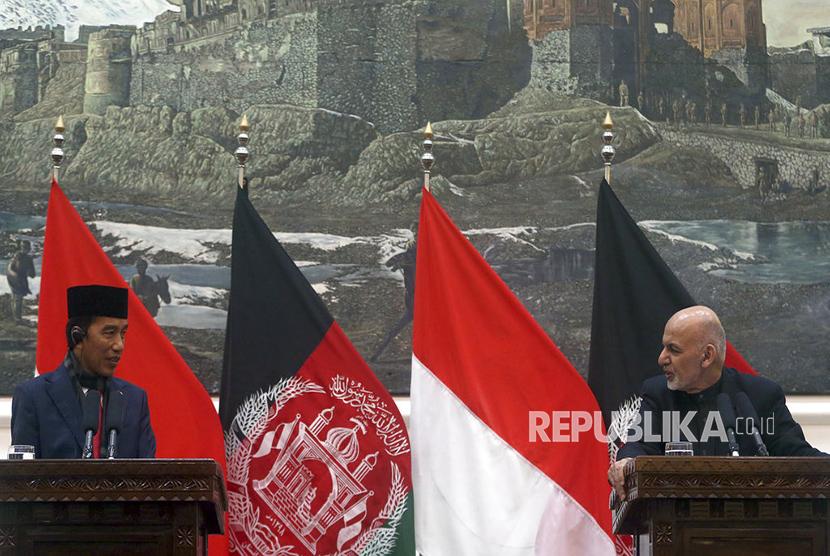 Presiden Jokowi bersama Presiden Afghanistan Ashraf Ghani saat konferensi pers di Istana Presiden, Kabul, Senin (29/1).