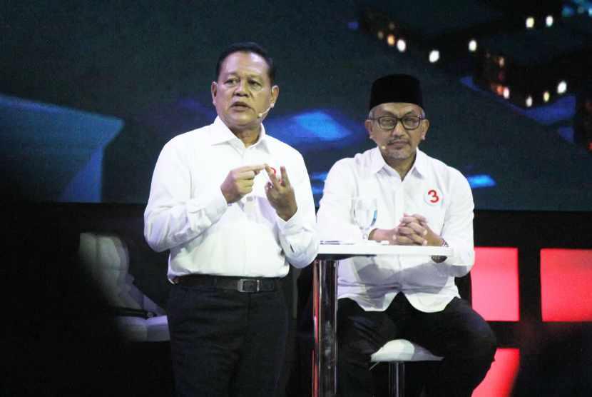 Pasangan Sudrajat dan Ahmad Syaikhu menyampaikan paparannya saat Debat Publik Pertama Pilgub Jawa Barat 2018 bersama empat pasangan calon gubernur dan wakil gubernur Jawa Barat, di Gedung Sabuga, Kota Bandung, Senin (12/3).