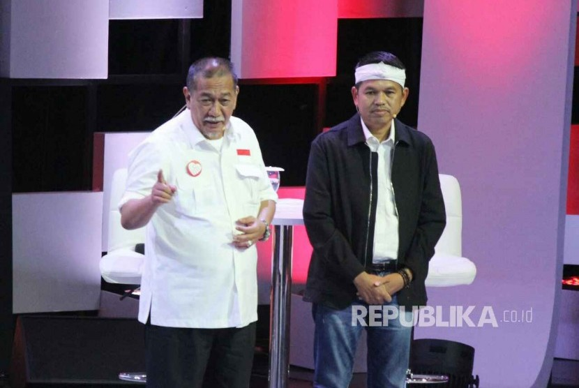 Pasangan Deddy Mizwar dan Dedi Mulyadi menyampaikan paparannya saat Debat Publik Pertama Pilgub Jawa Barat 2018 bersama empat pasangan calon gubernur dan wakil gubernur Jawa Barat, di Gedung Sabuga, Kota Bandung, Senin (12/3).