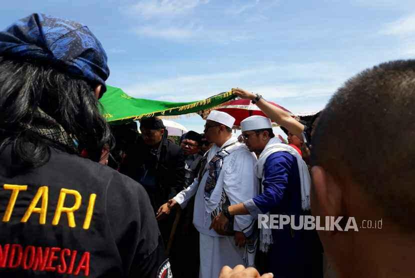 Jenazah Wulan Mayasari, istri kedua Opick, pelantun tembang 'Tombo Ati' telah datang dan dikebumikan di TPU Semper, Cilincing Jakarta Utara, Senin (19/3) pukul 10.30 WIB.