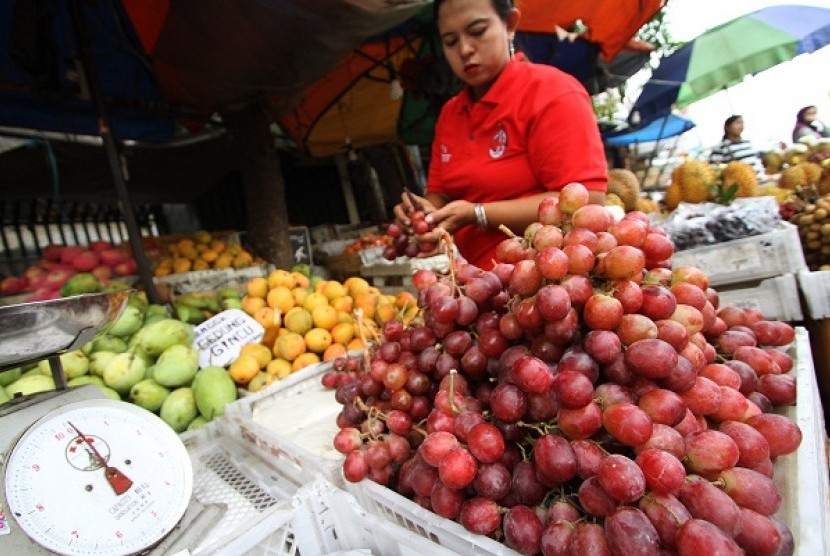 A street vendor arranges the fruit display in Tanah Abang, Jakarta. The Dutch government through NufficNeso Indonesia has provided ten scholarships on tailor made training program in the field of horticulture to Indonesia`s Ministry of Agriculture. The Net