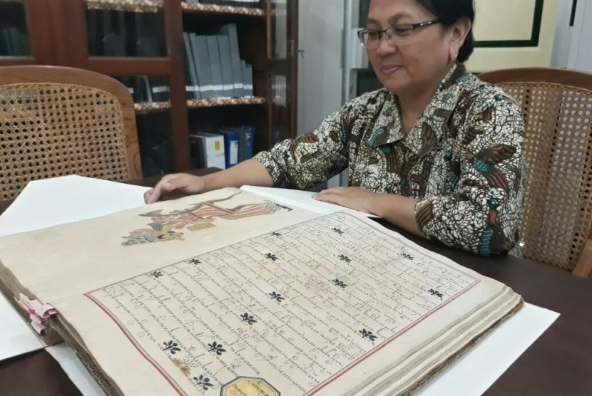 Abdi Dalem Perpustkaan Pura Pakualaman, Nyi M.W. Sestromurti (Ratna Mukti Rarasasri) menunjukkan salah satu manuskrip kuno yang usianya lebih dari 150 tahun. Pihak kerajaan berupaya melakukan alih aksara dan alih bahasa untuk seluruh manuskrip dan naskah kuno di Puro Pakualaman Yogyakarta.