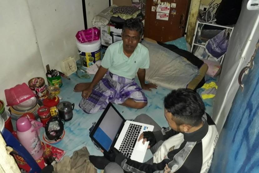 Abdori hendak beristirahat di kamar sewaan di daerah Kebon Kosong, Kemayoran, Jakarta Pusat, setelah seharian bekerja sebagai supir bajaj BBG. Anaknya, Aris Munandar, sedang sibuk dengan laptopnya.