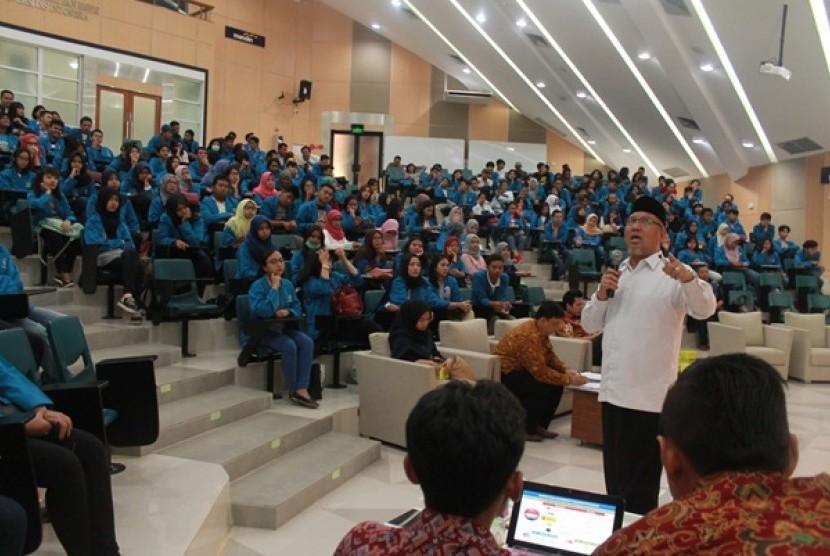 Abdul Wahid Maktub memberikan materi wirausaha kepada mahasiswa UI dan BSI.