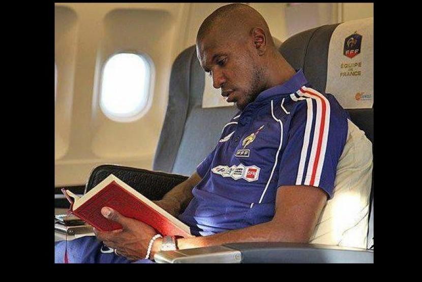 Abidal membaca Alquran di pesawat