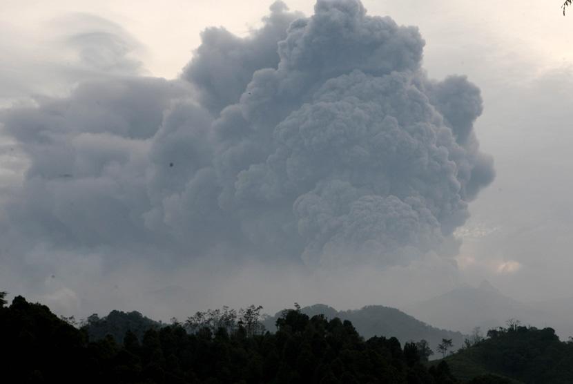 Abu vulkanik membumbung tinggi keluar dari Gunung Kelud terlihat di Desa Bladak, Blitar, Jatim, Jumat (14/2). (Antara/M Risyal Hidayat)