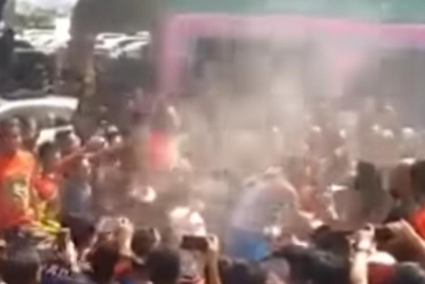 Acara reuni yang terdapat beberapa penari yang melakukan goyangan erotis di Pantai Kartini, Jepara, Jawa Tengah