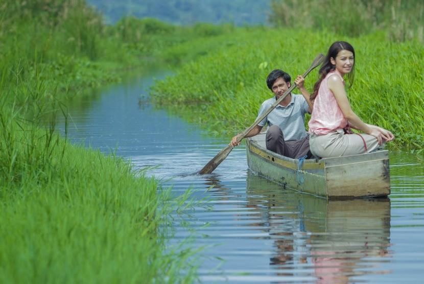 Adipati Dolken dan Velove Vexia di film Hujan Bulan Juni.