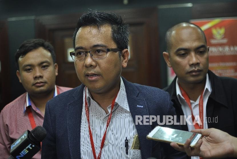Advokat Muhammad Sholeh memberikan keterangan kepada wartawan saat menjadi pihak pemohon dalam sidang perdana uji materi pengelolaan keuangan haji di Gedung Mahkamah Konstitusi, Jakarta, Rabu (23/8).