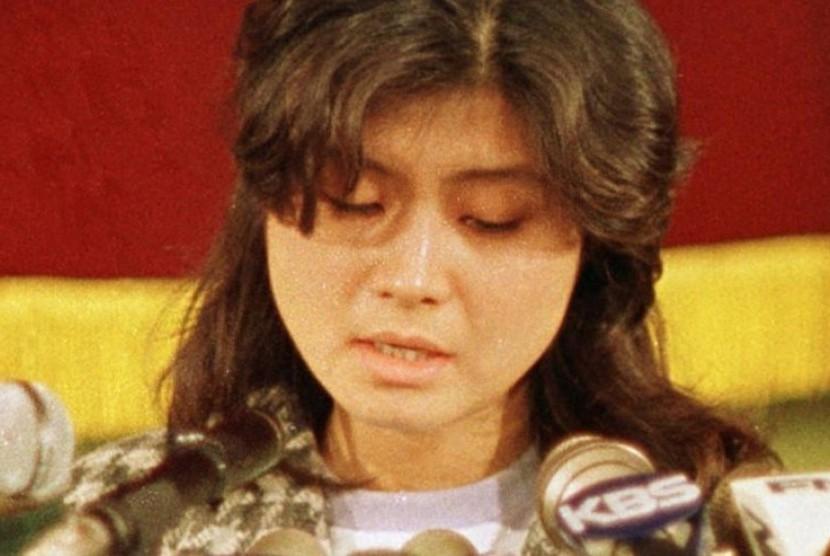 Agen perempuan Korea Utara, Kim Hyon-hui, saat konferensi pers di Seoul, Korea Selatan, pada 1988.