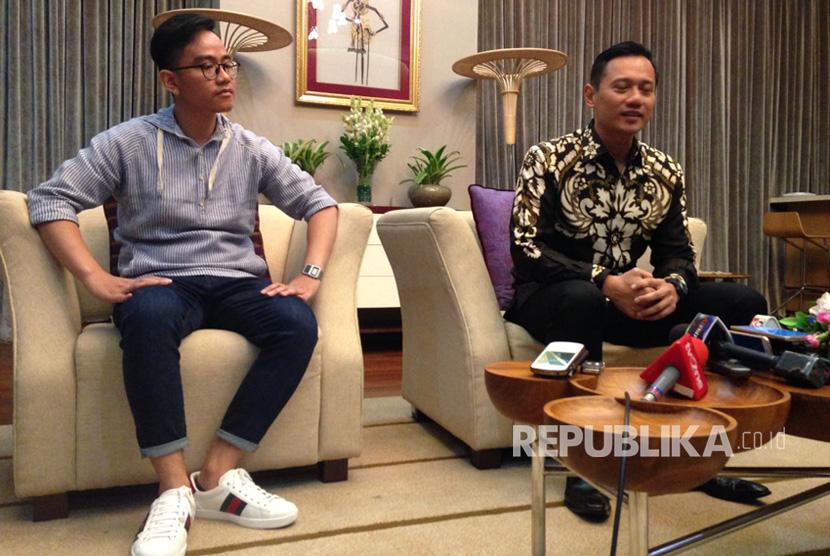 Agus Harimurti Yudhoyono (AHY) dan Gibran Rakabuming saat menggelar konferensi pers bersama di Istana Presiden, Jakarta, Kamis (10/8).