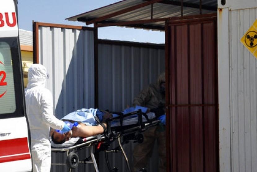 Ahli dari Turki mengevakuasi korban diduga karena serangan senjata kimia di Idlib, Suriah ke RS setempat di Reyhanli, Turki, 4 April 2017.