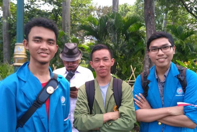 Ahmad Fachrurozi (kanan), mahasiswa AMIK BSI  Jakarta kampus Ciputat, meraih juara lomba baca puisi tingkat nasional berjudul