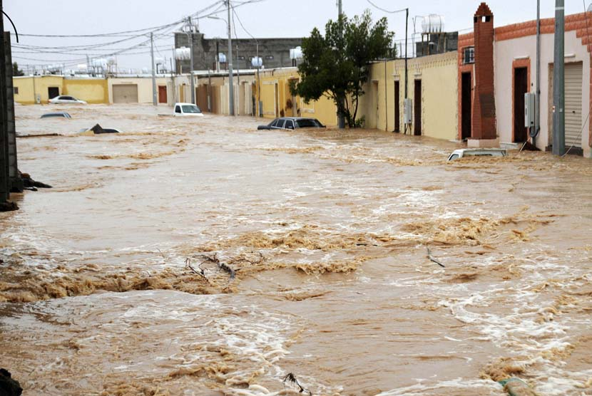Suami dan Istri Hilang Terseret Banjir