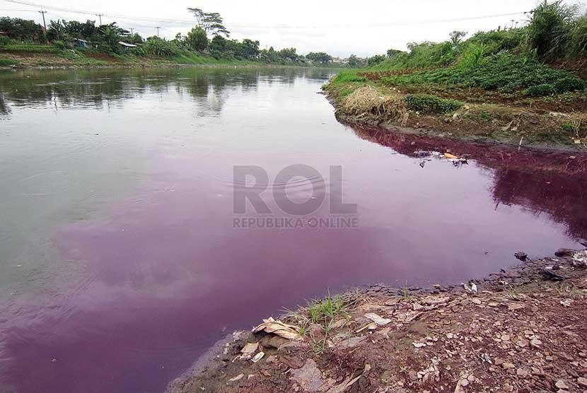 Air bercampur limbah keluar dari sebuah selokan yang bermuara ke Sungai Citarum di daerah Dayeuhkolot, Kabupaten Bandung, Rabu (26/2).