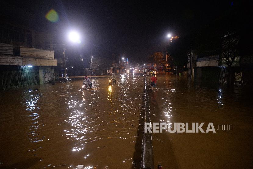 Air menggenangi ruas Jalan Jatinegara Barat, Jakarta Timur, Senin (5/2) malam. Tingginya intensitas air hujan menyebabkan beberapa wilayah di Jakarta banjir. Senin (5/2) malam air mulai menggenagi jalanan di Jatinegara Barat.