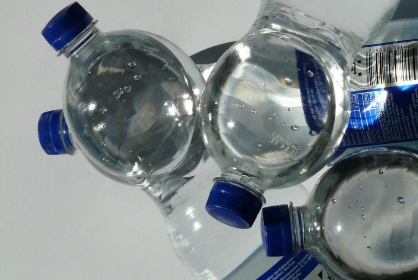 Air mineral dalam botol plastik.