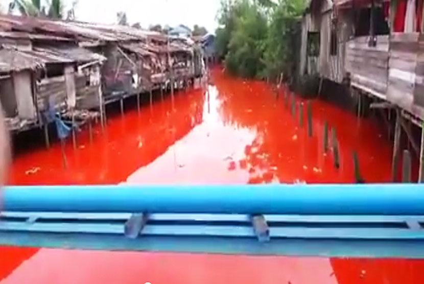 Air Sungai yang berubah merah seperti darah di Kota Bontang, Kalimantan Timur.