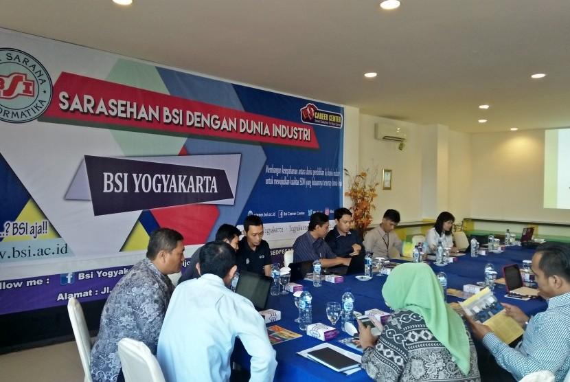 AKPAR dan AMIK BSI menggelar sarasehan dengan dunia industri di Yogyakarta.