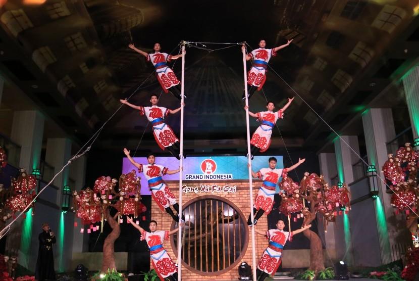 Aksi akrobat tiang dari Cina menjadi hiburan Tahun Baru Cina di Grand Indonesia hingga 14 Februari 2016.