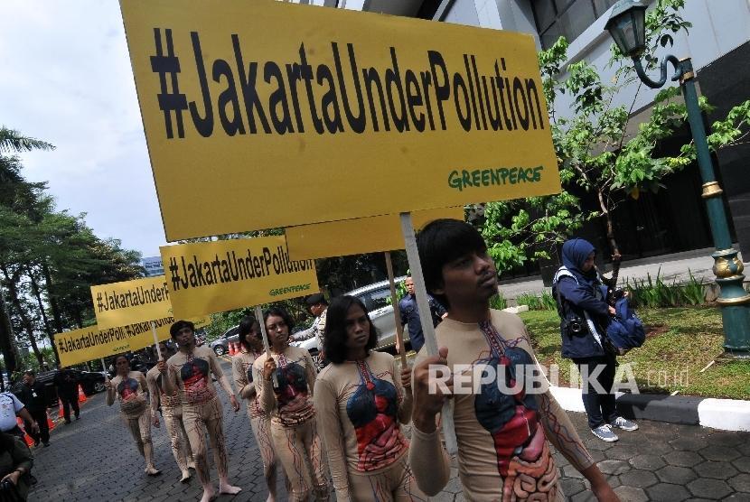 AKSI BAHAYA POLUSI UDARA. Sejumlah aktivis Greenpeace Indonesia melakukan aksi di halaman Kantor kementerian Kesehatan, Kuningan, Jakarta, Kamis (28/9).