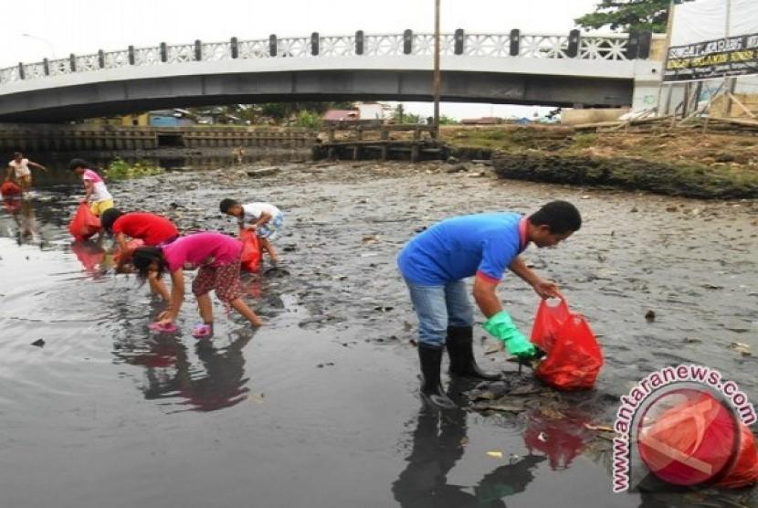 Aksi bersih Sungai Karang Mumus
